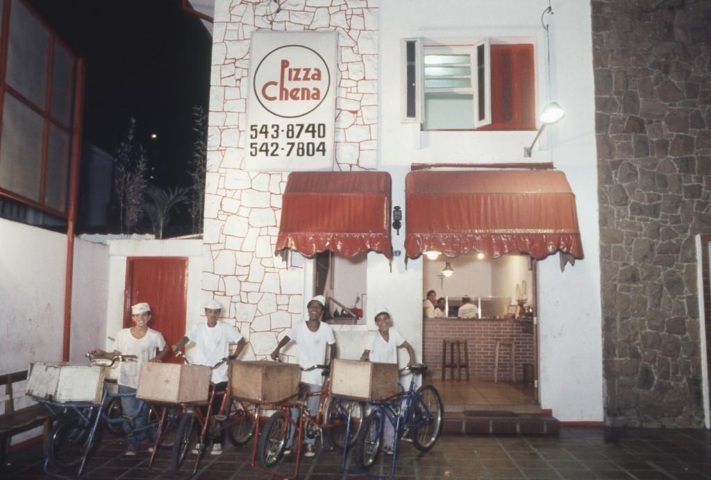 A turma de entregas da Pizza Chena, no Brooklin