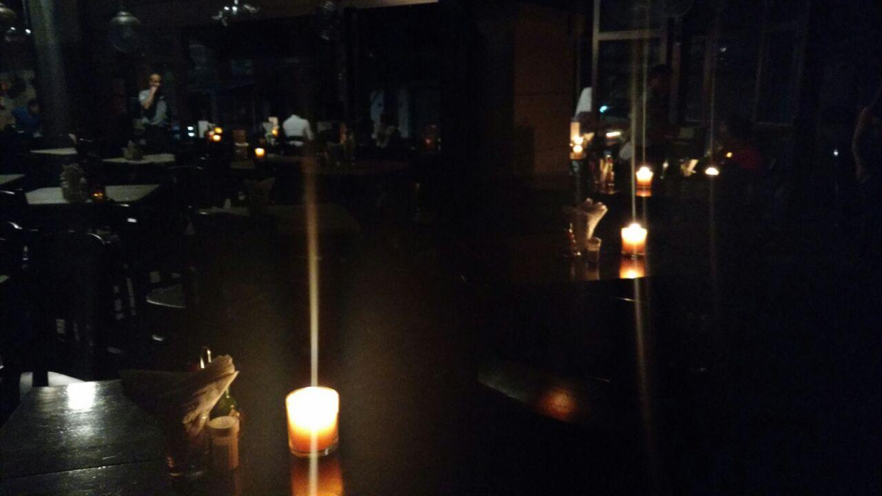 Boteco São Bento recebe clientes à luz de velas