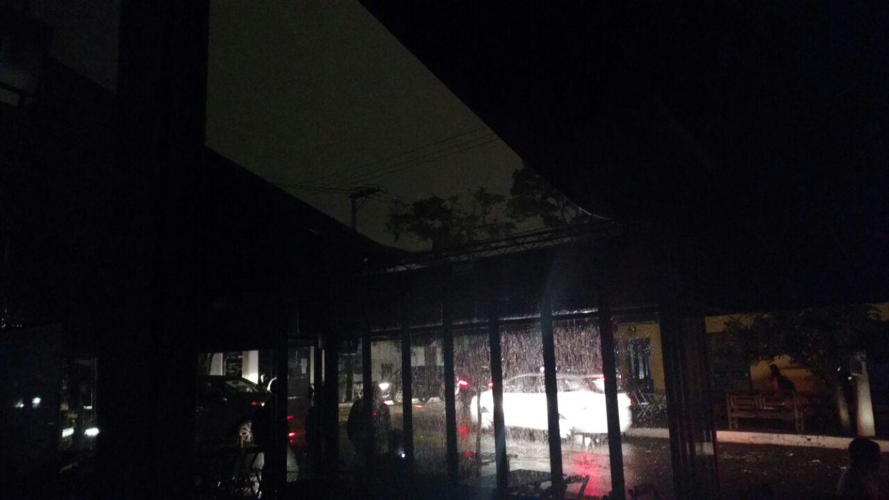 Toldo do bar Seu Domingos, na Vila Madalena, se soltou durante tempestade