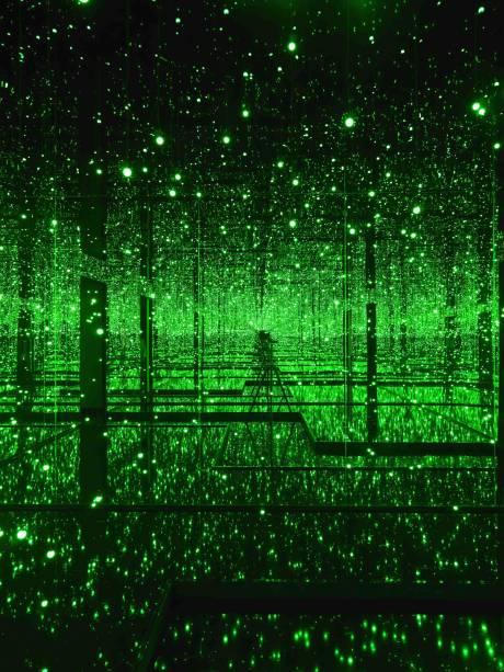 Já em Filled with the Brilliance of Life (2011), as luzes de LED se multiplicam refletidas nos espelhos do teto e das paredes