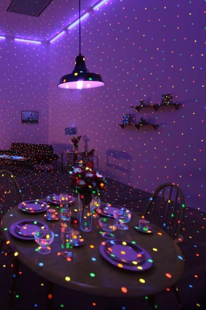 A japonesa encheu a instalação Im Here, But Nothing (2000-2014) com bolinhas fluorescentes