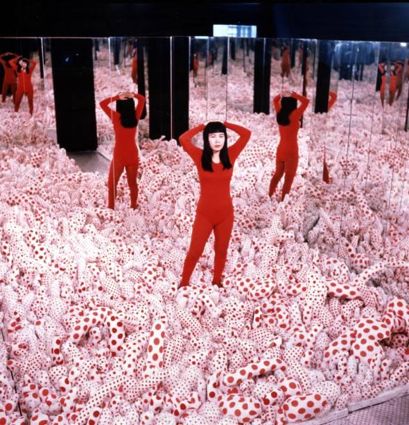 Yayoi entre as bolinhas, em 1965: Infinity Mirrored Room é reproduzida no Tomie Ohtake