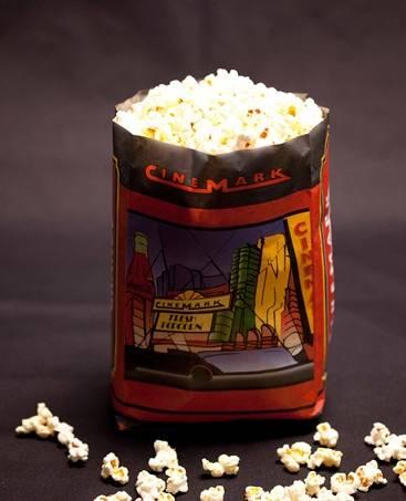 Saquinho de pipocas da rede de cinemas Cinemark.
