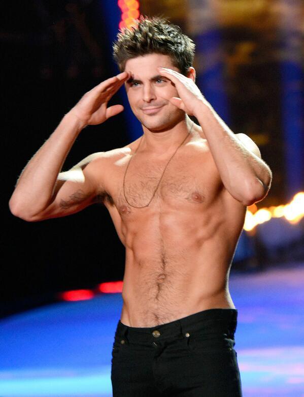 O momento mais esperado da noite: Zac Efron sem camisa