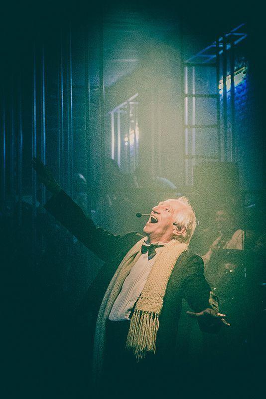 Zé Celso no palco, ou melhor, na pista do Teatro Oficina, no Bixiga