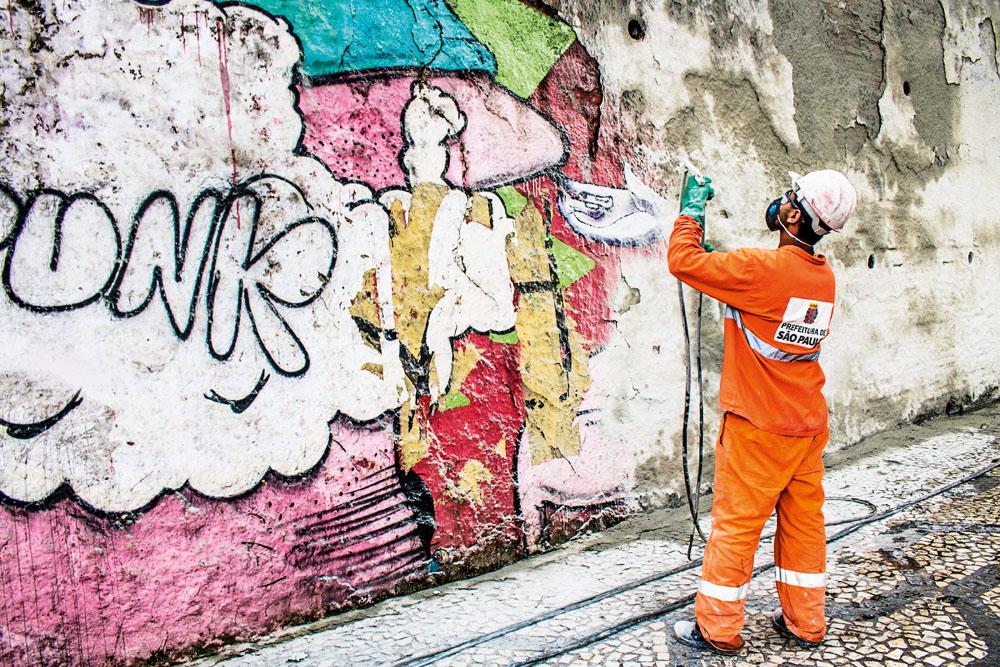 Funcionário em ação na avenida: apenas oito trechos foram poupados (Foto: Alf Ribeiro/Futura Press)