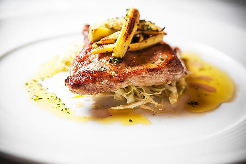 Porco-preto português com minimilho sobre salada morna de repolho
