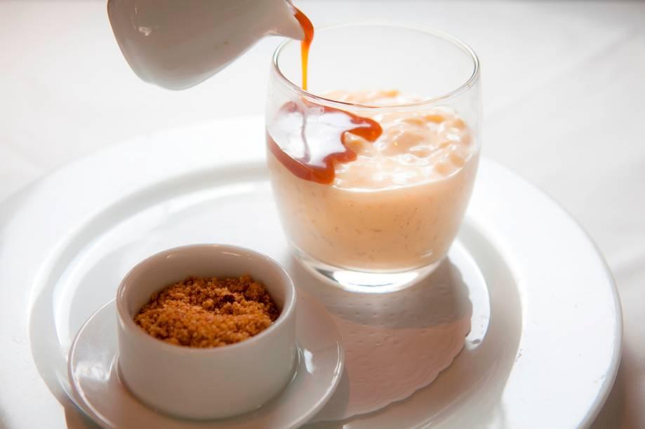Arroz-doce com farofinha crocante e calda de doce de leite para ser colocada pelo próprio cliente