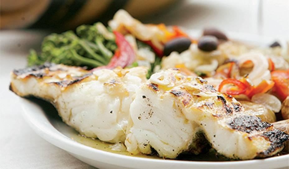 Bacalhau grelhado na companhia de batata, brócolis e cebola