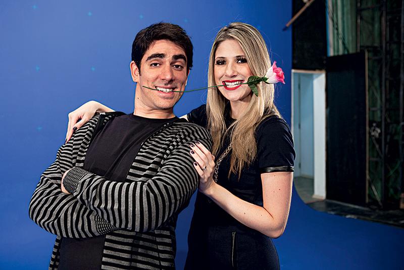 A imagem mostra Adnet e Dani Calabresa segurando uma mesma rosa com a boca, lado a lado