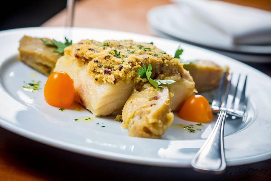 Posta de bacalhau em crosta de broa ao lado de batata ao murro e brócolis