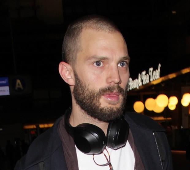 Os cabelos raspados do ator chamaram atenção dos fãs no aeroporto de Los Angeles