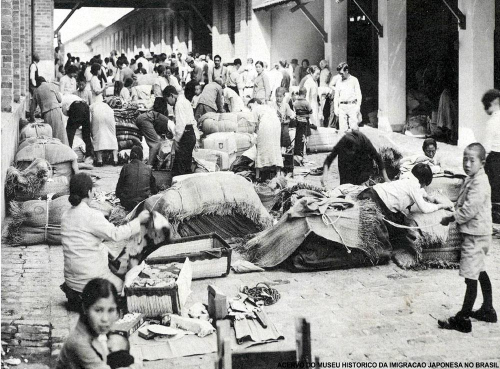 Fiscalização alfandegária em bagagens de japoneses, na Hospedaria dos Imigrantes (Foto: Acervo do Museu Histórico da Imigração Japonesa no Brasil)