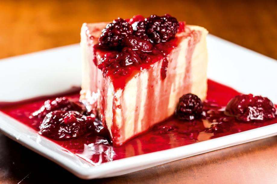 Mestiço - cheesecake com bastante calda de frutas vermelhas