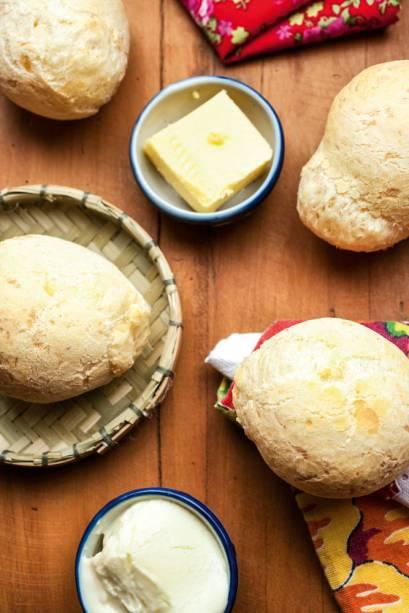 O pão de queijo tem interior aerado e é feito com queijo da Serra da Canastra