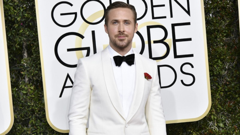 Ryan Gosling posa no tapete antes de faturar o prêmio de melhor ator de comédia/musical