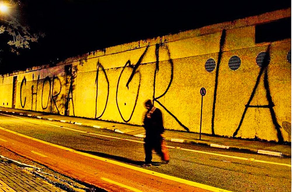 Muro do Pacaembu: sujeira em patrimônio tombado (Foto: Reprodução/Instagram)