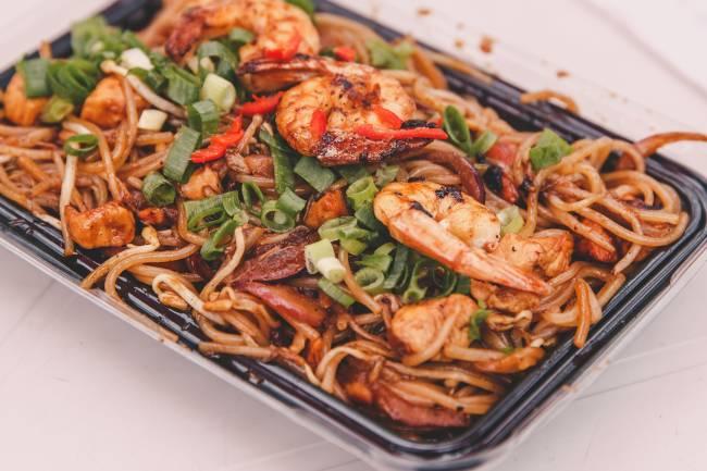 Yakisoba: com legumes e camarão (R$ 20,00)