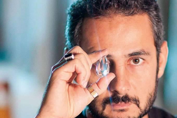 Ara Vartanian, designer de jóias, segurando uma morganita.