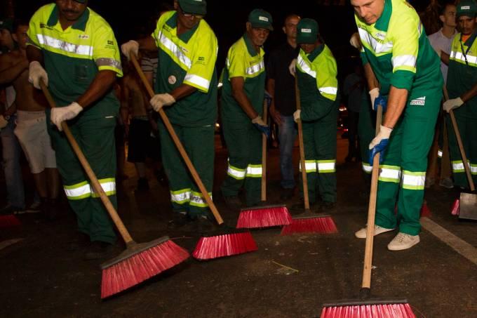 Vestido de gari, Doria chega em Pinheiros para operação de limpeza