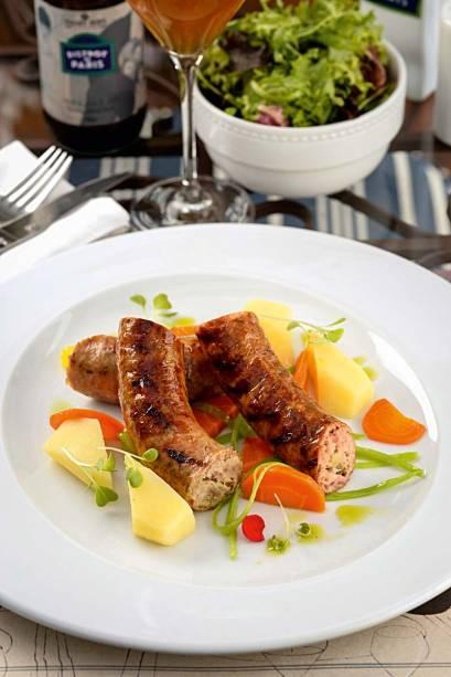 Saucisse au chou: linguiça de carne suína e repolho defumada, acompanha batata, cenoura, mandioquinha e ervilha-torta cozidas