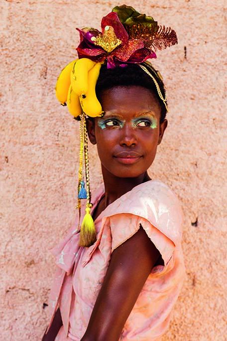 Arco com cacho de bananas, flor metalizada, tecido e franja (R$ 209,00). Can-Can, www.cancanacessorios.com.br
