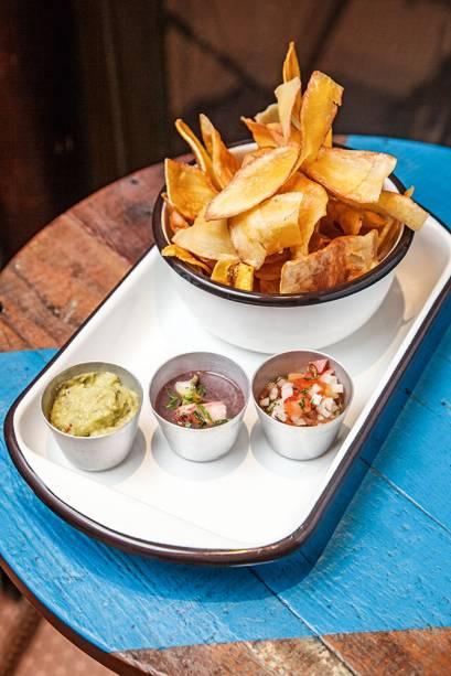 Porção de chips e molhos