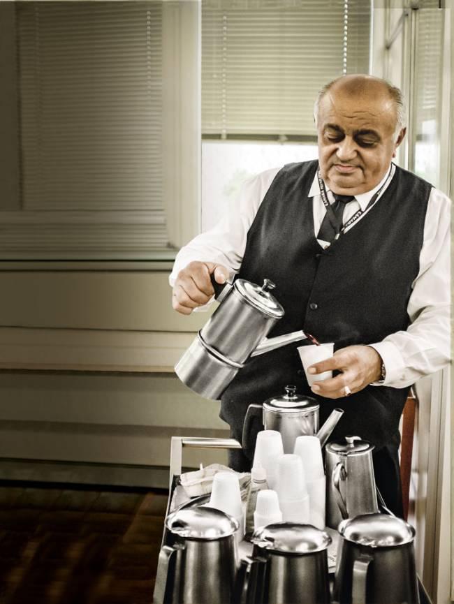 Antônio Soares de Souza recebe 13 900 reais para servir cafés no Palácio Anchieta (Foto: Alexandre Battibugli)