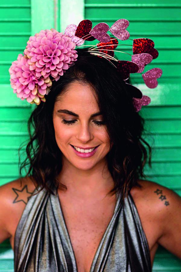 Tiara com detalhes de corações e flores (R$ 242,00). Tula Casqueteria, www.tulacasqueteria. com