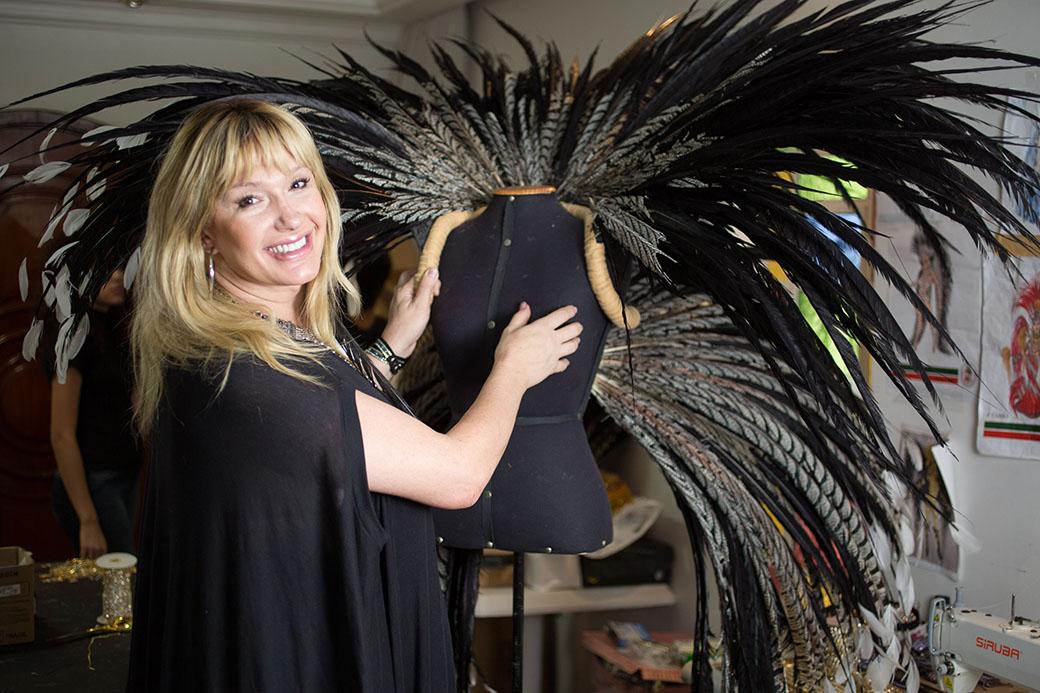 A estilista transsexual Michelly Xis preparando a fantasia da rainha de bateria da Grande Rio, Paloma Bernardi.