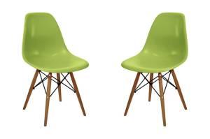 Conjunto com duas cadeiras de plástico e pés de madeira. R$ 359,99 - Mobly, www. mobly.com.br.