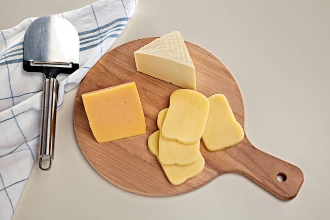 queijo-branco-mussarela-e-prato-sobre-tabua-de-madeira-com-cortartador-de-queij
