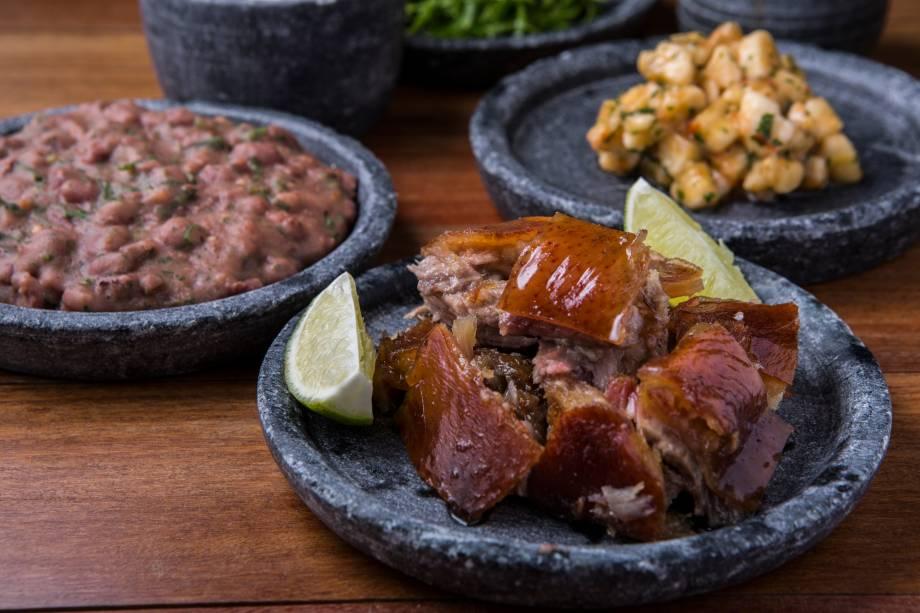 Porco san-zé (R$ 30,00), da Casa do Porco Bar: acompanha tutu de feijão, tartare de banana, couve, farofa e pimenta