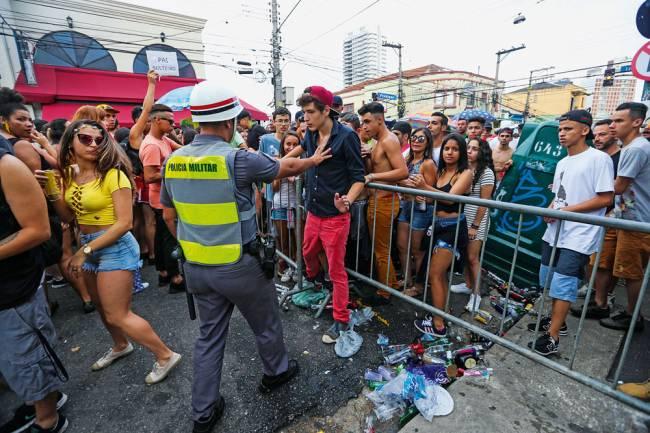 Grades na Vila Madalena: zonas de confronto entre foliões e militares (Foto: Tiago Queiroz/ Estadão Conteúdo)