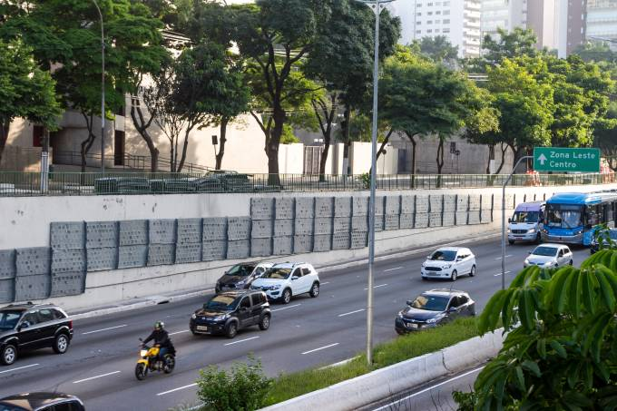 Jardim vertical substitui grafite da Avenida 23 de Maio em SP