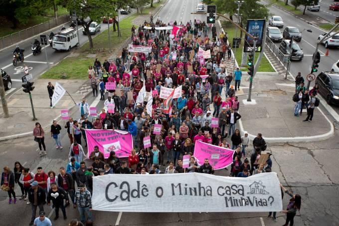 PROTESTO POR MORADIA BLOQUEIA PISTAS DA RADIAL LESTE EM SP.