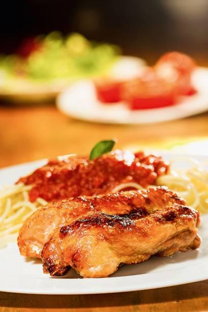 A porção de frango com osso, para acompanhar, espaguete ao sugo