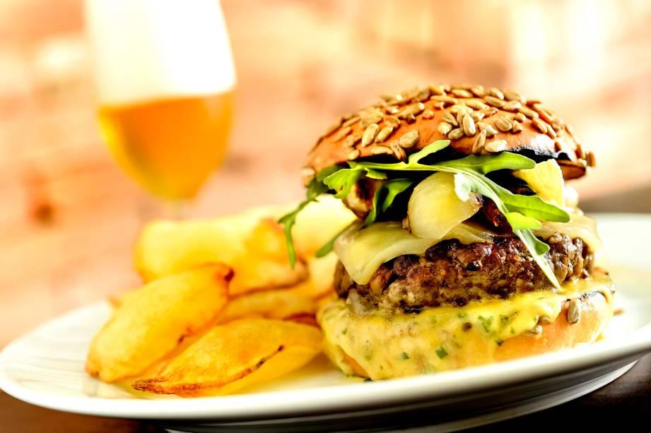 Burguer royal (R$ 35,00), do Rubaiyat: hambúrguer angus com queijo, cebola e rúcula ao molho béarnaise; acompanha batata suflê.