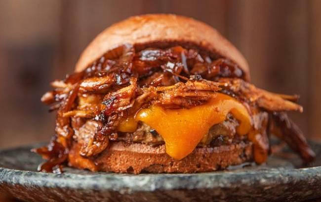 Sanduíche campeão: hambúrguer com cheddar inglês, costela de porco e cebola do Tradi, melhor hamburgueria da edição 2016/2017, custará 30 reais