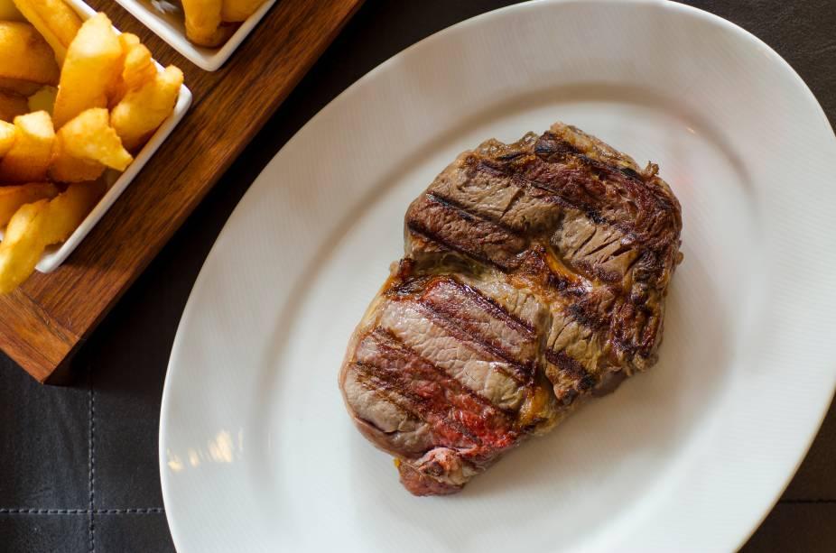 Steak NB (R$ 35,00), da casa homônima: primeiro corte extraído do dianteiro bovino, acompanha palmito pupunha ou farofa