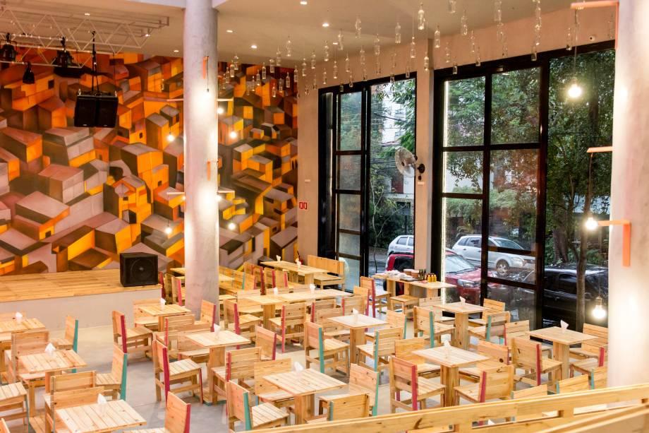 O ambiente amplo: móveis com madeira reaproveitada