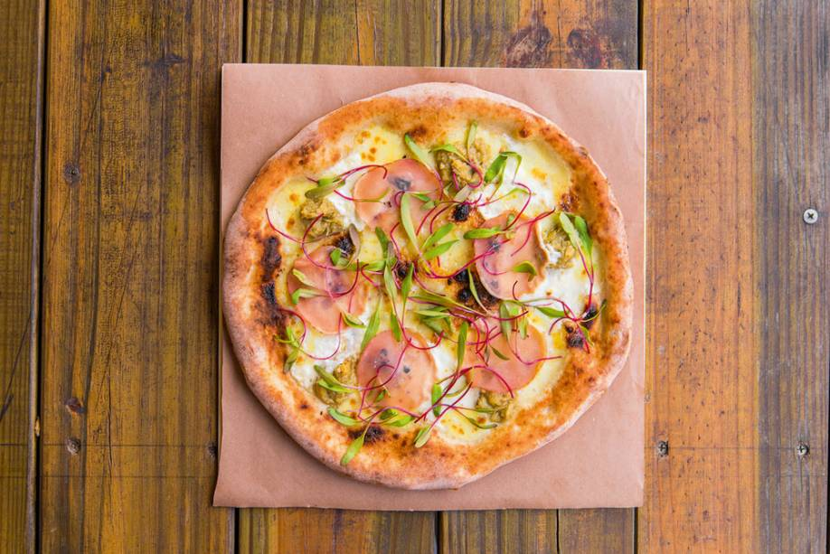 Pizza de alcachofra e copalombo (R$ 15,00 a fatia), da Napoli Centrale: com queijo pecorino, mussarela de búfala, mascarpone, castanha e brotos de beterraba