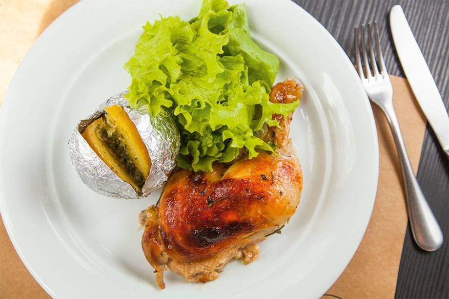 Duo de coxa e sobrecoxa assado com limão-siciliano e pele crocante dourada, batata assada e salada