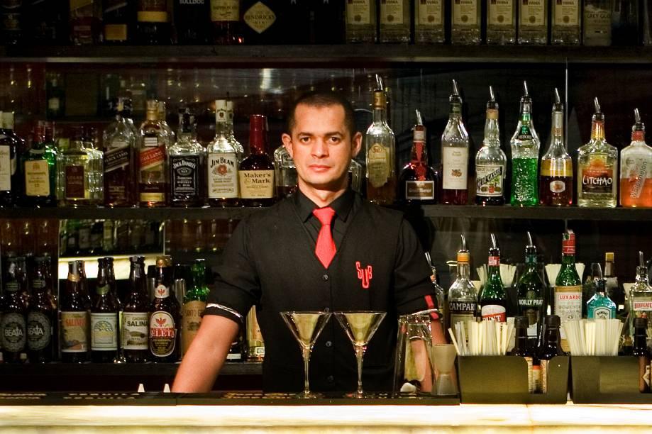 Rogério frajola, do SubAstor: prepara drinques clássicos como negroni e gim-tônica, por 20 reais cada