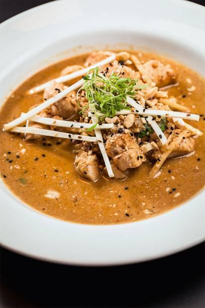 Frango thai acompanhado de arroz de jasmim