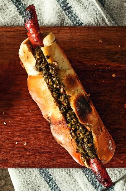 Sanduba de choripan (R$ 15,00), da Town Sandwich Cº: baguete tostadinha com linguiça parrillera e chimichurri de ervas frescas