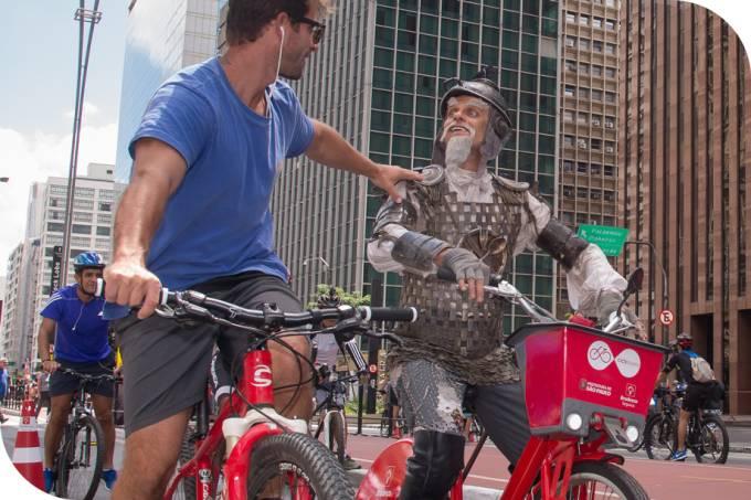 Dom Quixote anda de bicicleta na Avenida Paulista