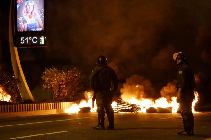 GREVE GERAL Manifestantes ateiam fogo a pneus na Avenida Nove de Julho