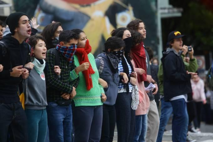 Manifestantes bloqueiam a Rua da Consolação, em SP