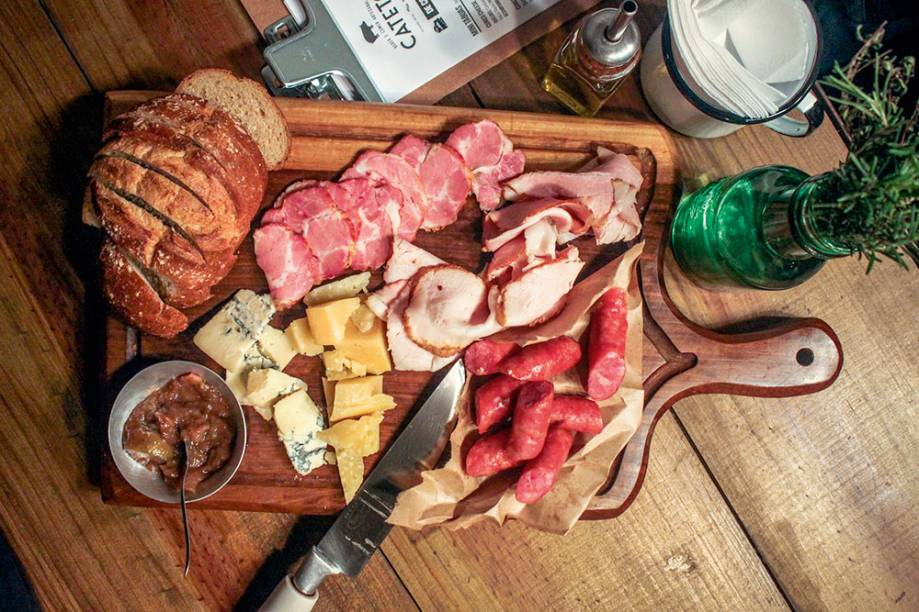 Cateto tábua hog jaw: copa, pastrami e linguiça, tudo de javali, mais queijos azul e mogiana